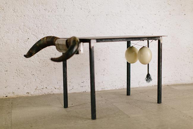 Título: Hanging Out  Técnica: Arte Objeto (serie abierta)  Dimensiones: 103 x 55.5 x 52 cm.  Año: 2015