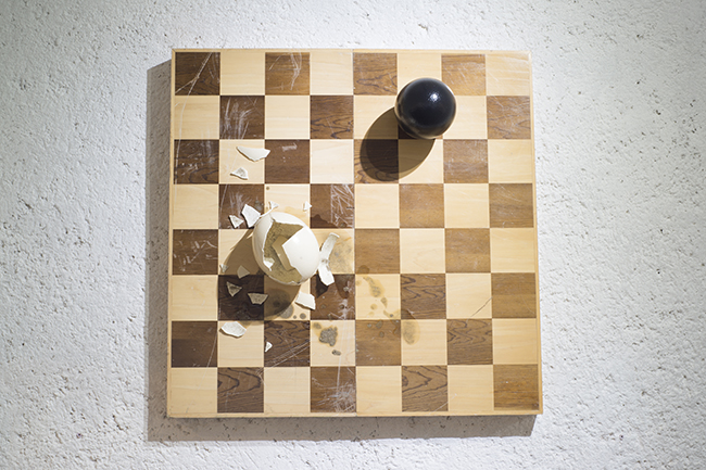 JAQUE MATE  2015  Técnica: Arte objeto (1 de 1)  Dimensiones: 74.6 x 76. 6 x 18 cm.