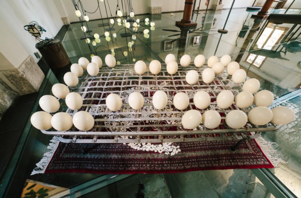 OBSESIÓN  2016  Técnica mixta: Box Spring y cascarones de huevos y tapete.  50 x 217 x 127cm