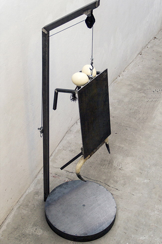 Fuera Fuero, 2016  Mixed technique: metal structure, steel cable, horns and eggshells  258 x 80 x 85 cm