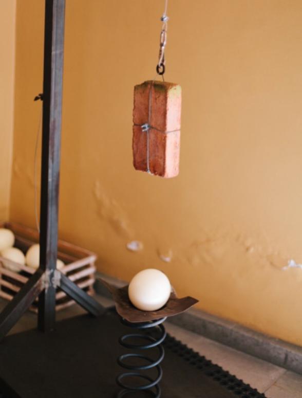 LÍMITES  2015  Obra interactiva Técnica mixta : Estructura de metal, cable de acero, tabique, cascarón de huevo.  251 x 105 x 60cm