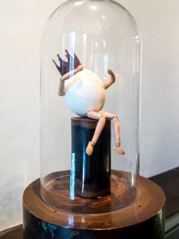 GABRIEL  2015  Técnica mixta: Cascarón, madera y metal. Colección particular.   45 x 25 x 25cm