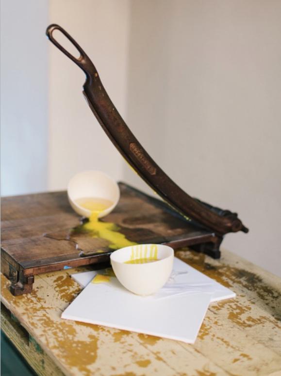 CORTE EXACTO  2016  Técnica mixta : Mesa, guillotina, resina, cascarón de huevo.  130 x 97 x 59cms