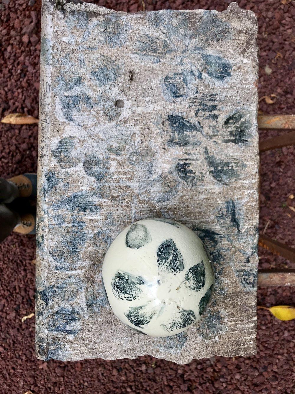 Renacer de una Esperanza , 2018  Fusión de Dos Colecciones  Técnica Mixta: Extracción de Pigmento Floral Sobre Concreto y Cáscara de Huevo de Avestruz Sobre Testigo de Escombro del Sismo del 19-IX-17 en Jojutla, Morelos.  51.5 x 32.5 x 25 cm