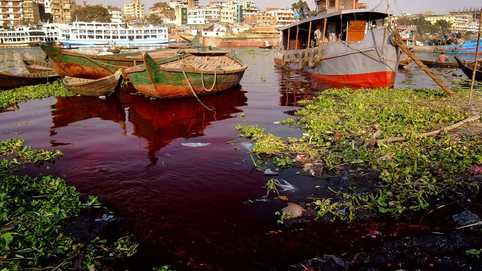 The Buriganga River in Hazaribagh, polluted by effluent from leather tanneries. Image Credit:  Daniel Lanteigne .