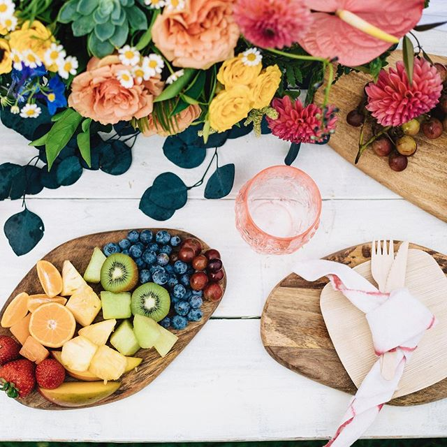 All the colors! Love this #rainbow spread! . . Did you know Pop Up Picnic Co is all about healthy + delicious food? Yeah, we offer a clean eating menu with bowls, spring rolls & other GF, DF, no added sugar items OR you can share our amazing charcuterie (sourced with @venissimo cheese, @monalisalittleitalysd charcuterie and local, seasonal produce.) . . No matter which way you go, you're going to have a delicious experience. 😋. . . 📷 @dianarosephoto 🌸 @sevenstems