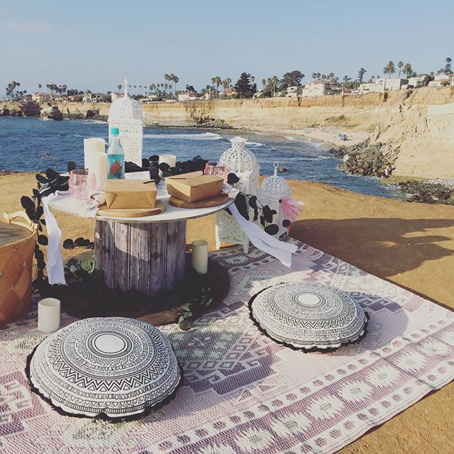 I think I found a new favorite spot... do you recognize it?? . . . #popuppicnicco #popuppicnic #sandiego #beachpicnic #funinthesun #dinnerdate #romanticexperience #picnic #dinnerenblanc #romanticideas #boho #dinnerfortwo #weekendvibes #visitsandiego #travelguide