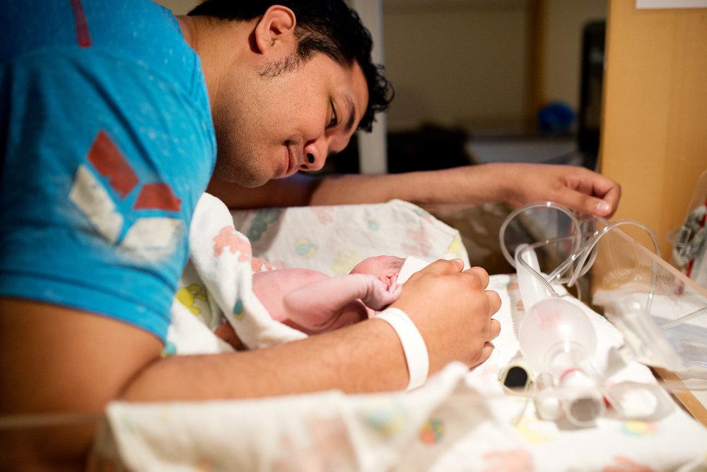 dad-and-newborn