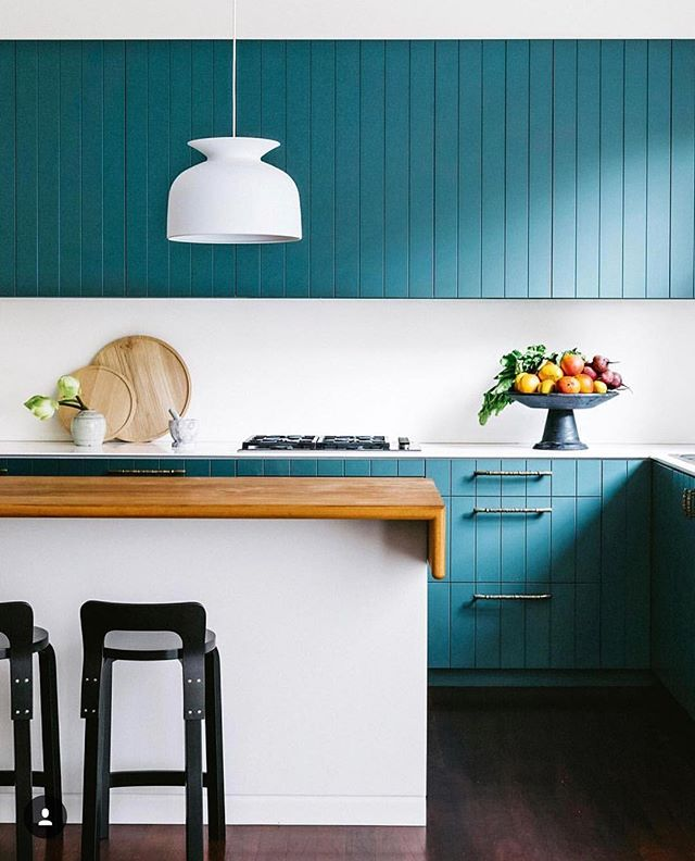 You think we have a thing for blue? 🤷🏻‍♂️ Loving this pop of color on the cabinets from @insideoutmag 🌀🔹 #modernfarmhouse #dsblues