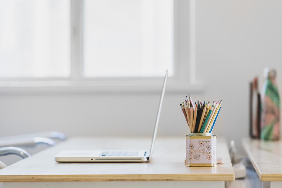 tidy-desk-in-window-light_925x.jpg