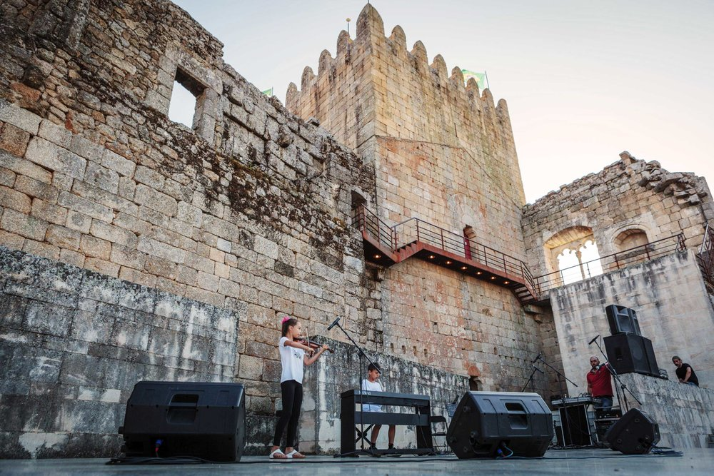 Alunos do Bendada Music Festival a atuar no Castelo de Belmonte.
