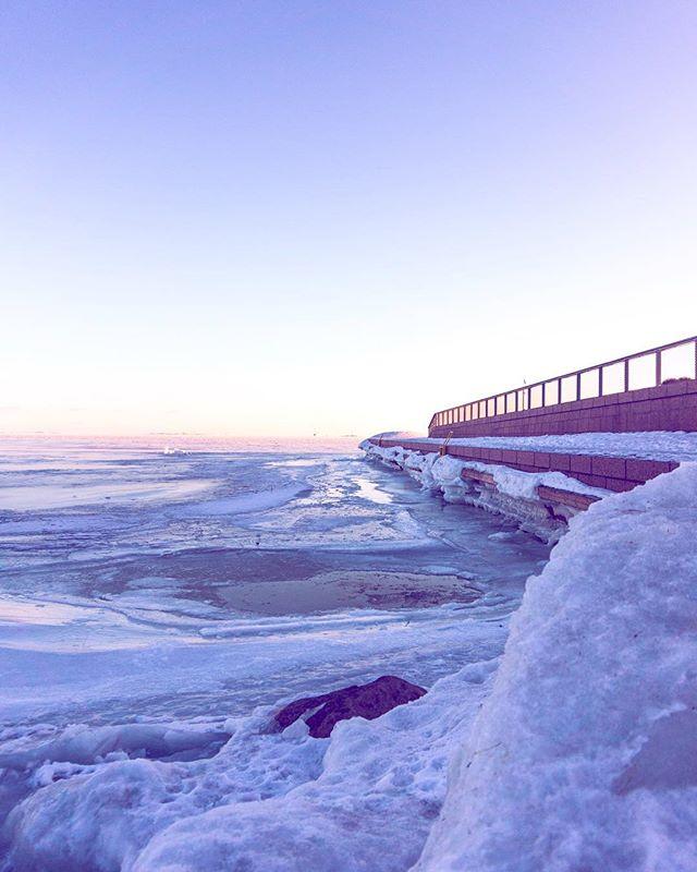 I helgen gick jag ner till havet och vittnade denna syn. Isiga och så vackra Helsingfors ❄️ . . . #sonya5000 #naturephotography #helsinkiofficial #thisisfinland #helsingfors #brunnsparken #kaivopuisto #lifestyleblogger #thisishelsinki #citylove #thisishelsinki #helsinkiofficial