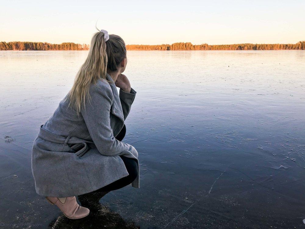 Gick några försiktiga steg vid strandkanten i helgen. Så vackert men sekunder efter detta foto togs knakade isen till ordentligt. Som tur var det max 5 cm vatten under. Dock en viktig påminnelse att inte lita på isarna ännu!