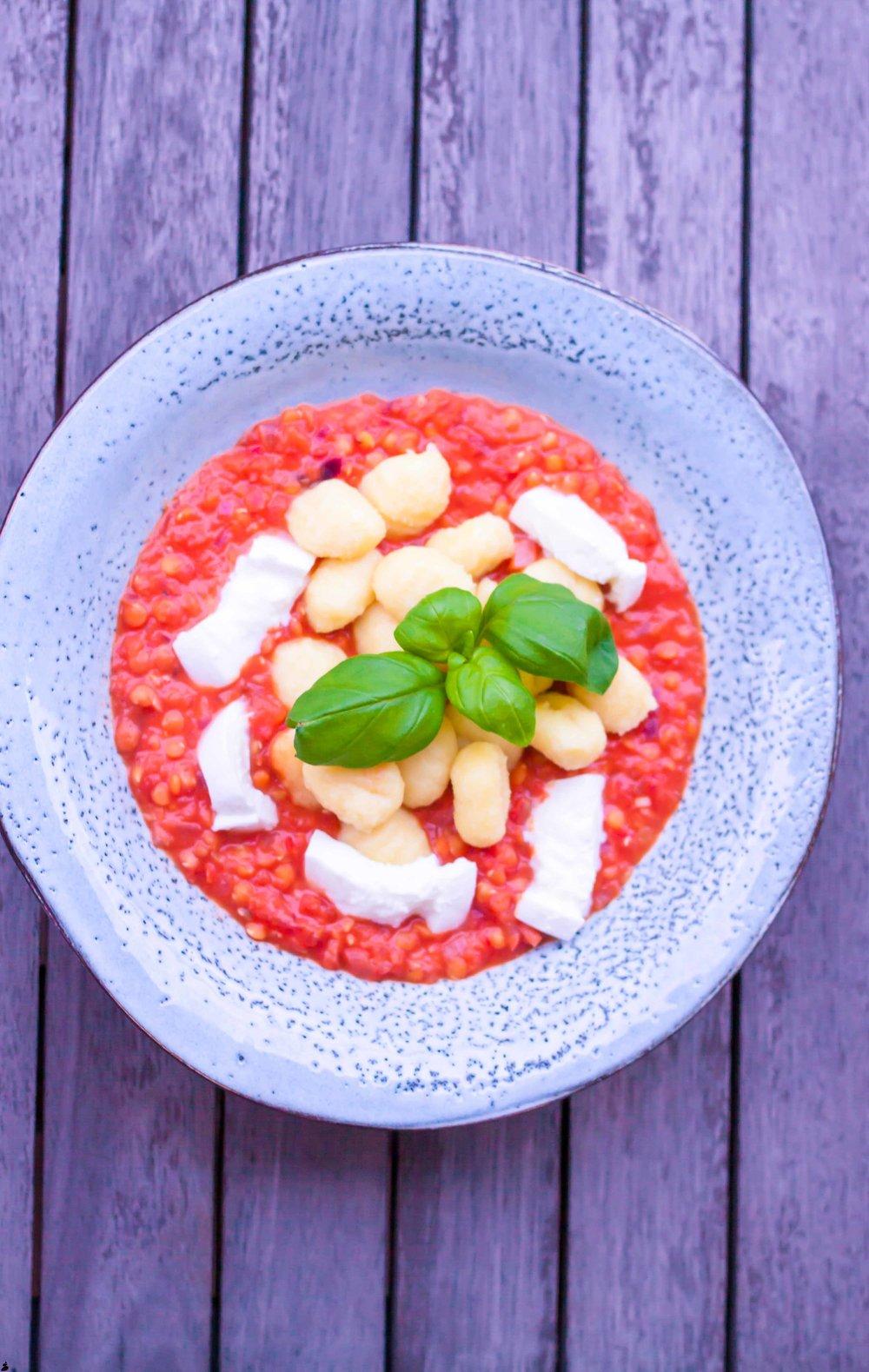 Gnocchi med tomatsås och mozzarella samt basilika