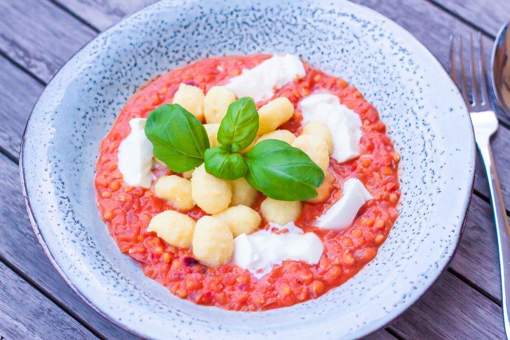 Kryddig tomatsås med gnocchi.