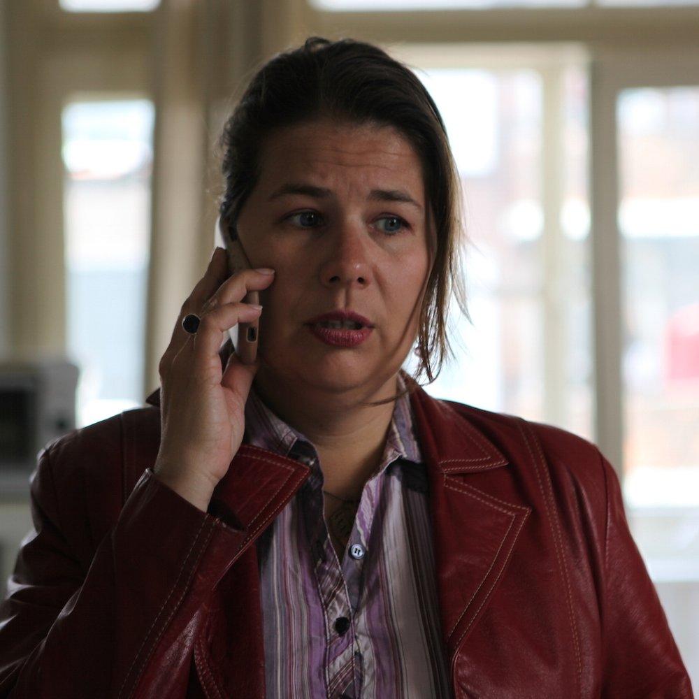 Esther, collega en vriendin van Aysel - Esther, woont samen met Ron en werkt in een schoenenwinkel. De zwangerschap overviel haar, maar het kindje is heel erg welkom! Esther zit een beetje vastgebakken aan haar telefoon: ze zoekt van alles op, zit veel op facebook en appt met haar vriendinnen.