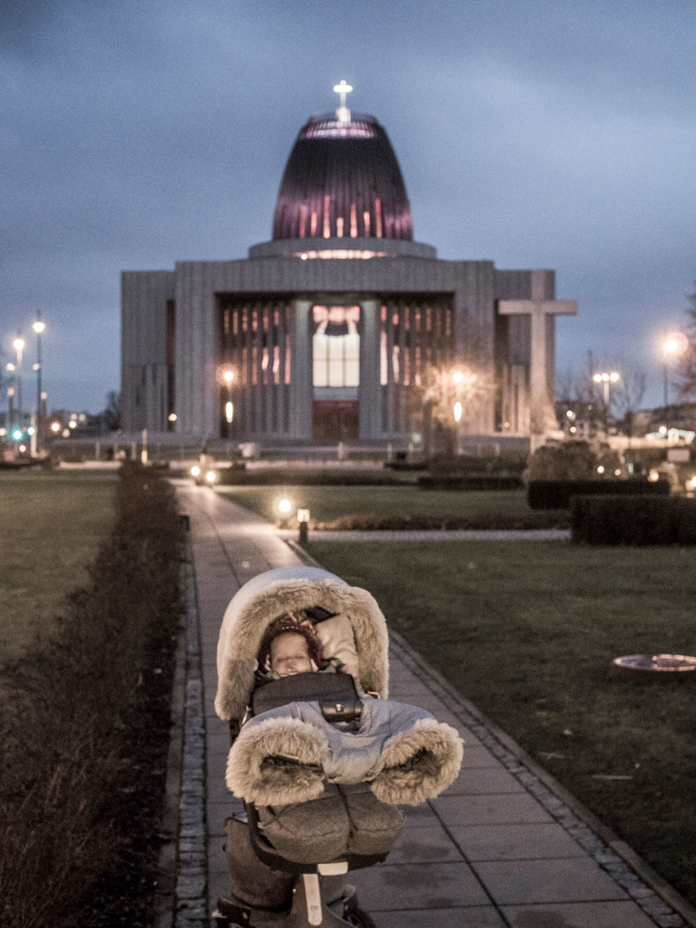 noc night lights city Warsaw Poland children stokke