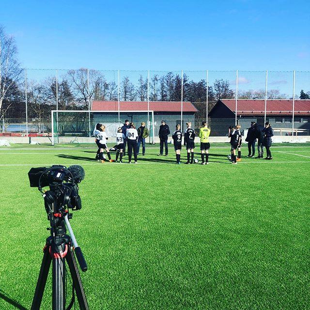 Spännande saker på gång på Norrvikens IP när spelare från F06 Mitt och P06 Rådan-Silverbäcken hjälper SVT och @lillasportspegeln att spela in ett inslag med viktigt tema! #sollentunafk #frånknattetillveteran #viärsollentuna