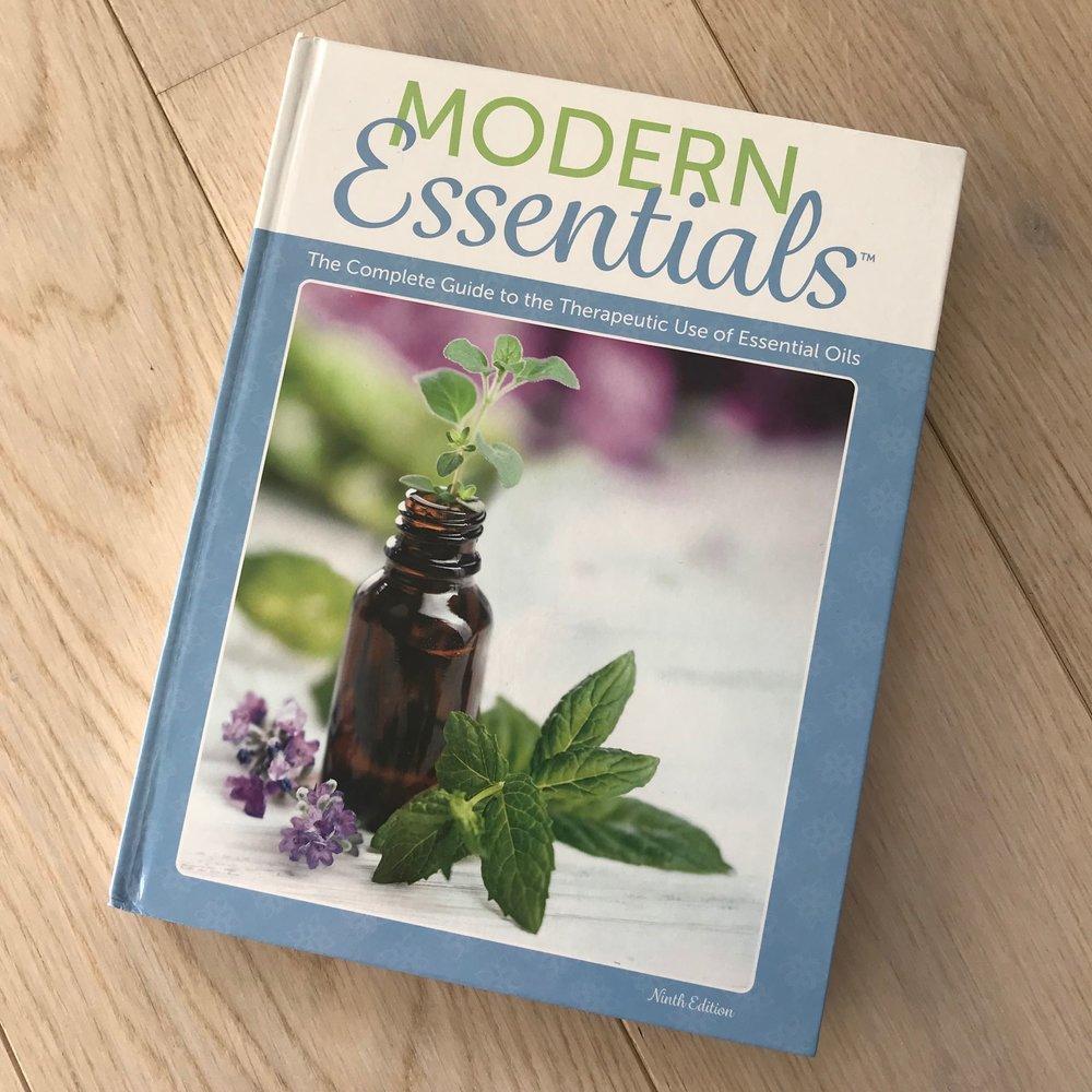 Bibelen for alle som bruker eteriske oljer. Tidenes oppslagsverk på alle fysiske plager du kan tenke deg. Denne boken + eteriske oljer kan være et fint alternativ til apoteket i veldig mange tilfeller. Fantastisk nyttig!