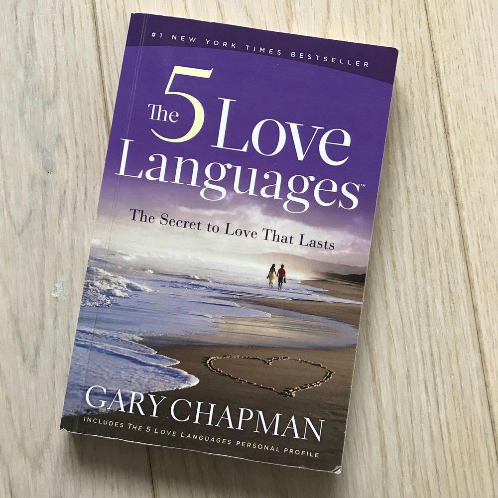 Denne boken ser kanskje klissete ut, men den handler om hvor forskjellig vi opplever kjærlighet og gir kjærlighet. Bruk denne i jobbsammenheng og ovenfor venner, ikke bare kjærester. Det hjelper deg å forstå hva andre trenger for å føle seg verdifull og sett.