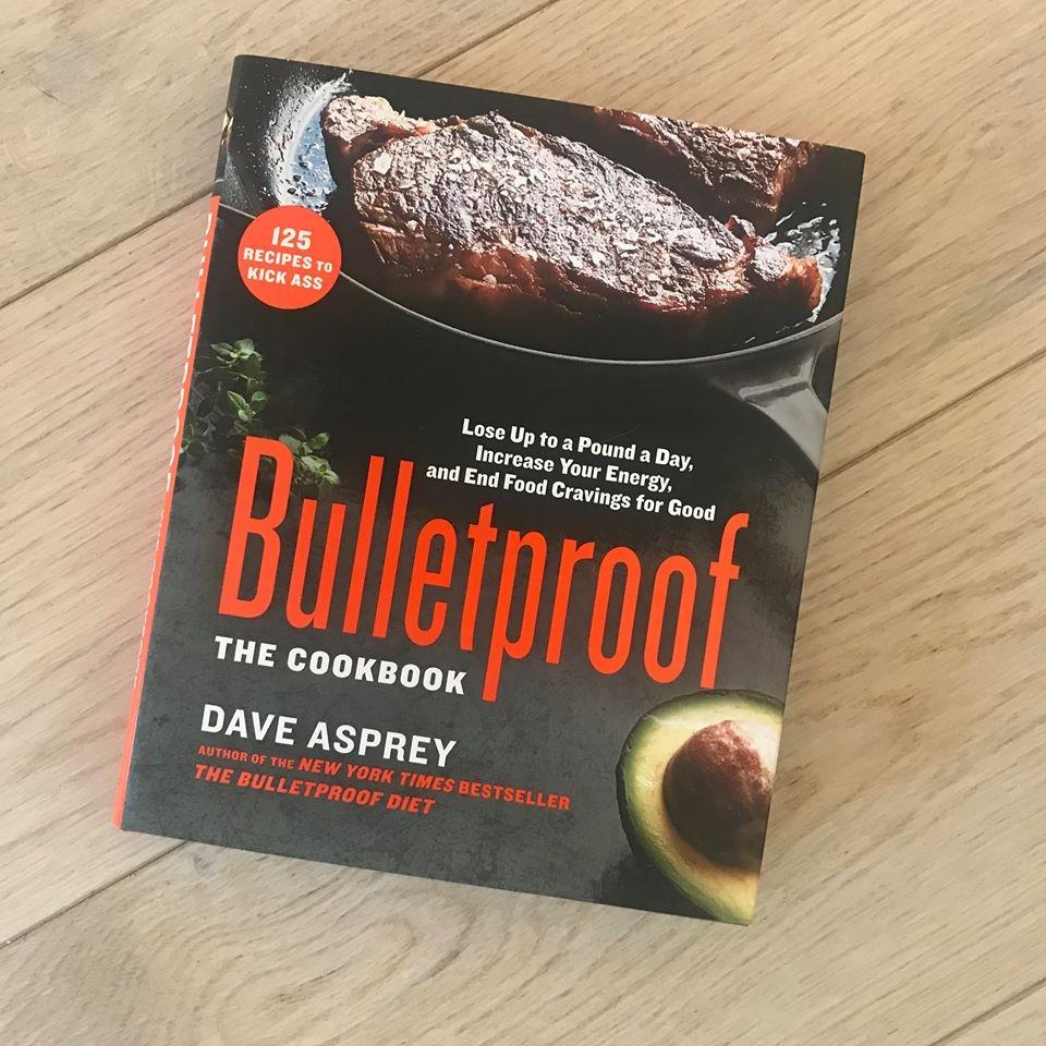 Dette er kokeboken til Bulletproof. Veldig fin å ha dersom man ønsker å leve mer etter denne livsstilen :-) Her lærer du å lage mat med kvalitets råvarer, gressfôret kjøtt og masse grønnsaker.
