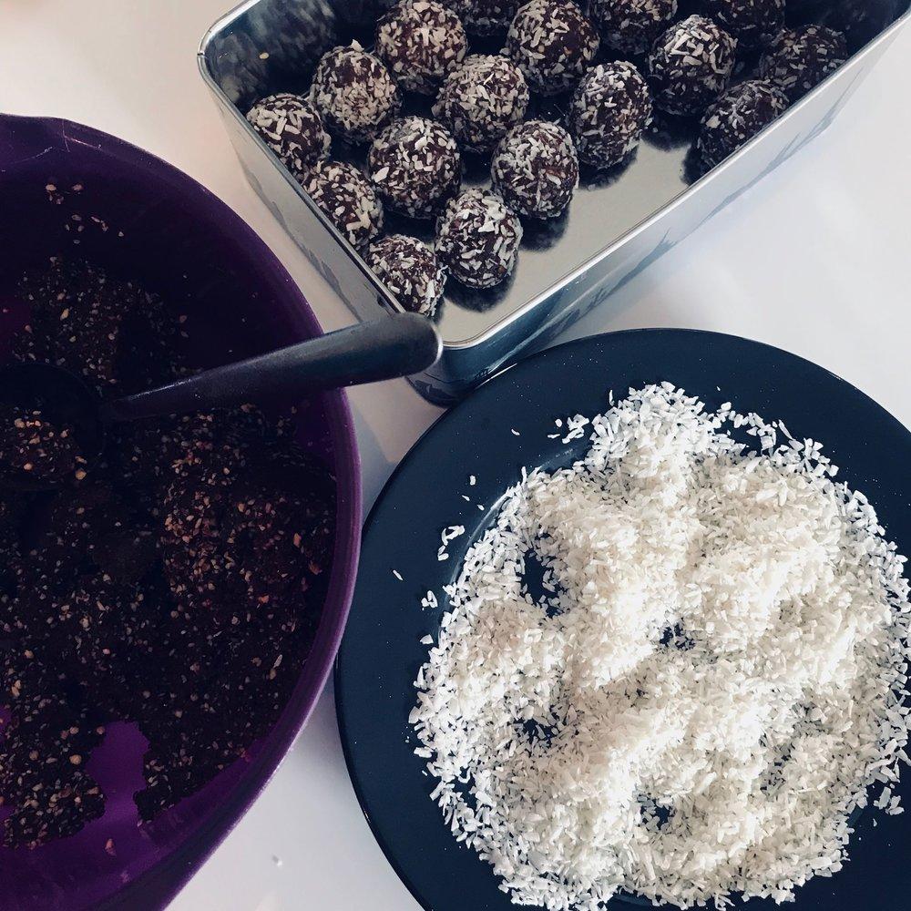 urban-essentials-oppskrift-sukkerfri-kokosboller