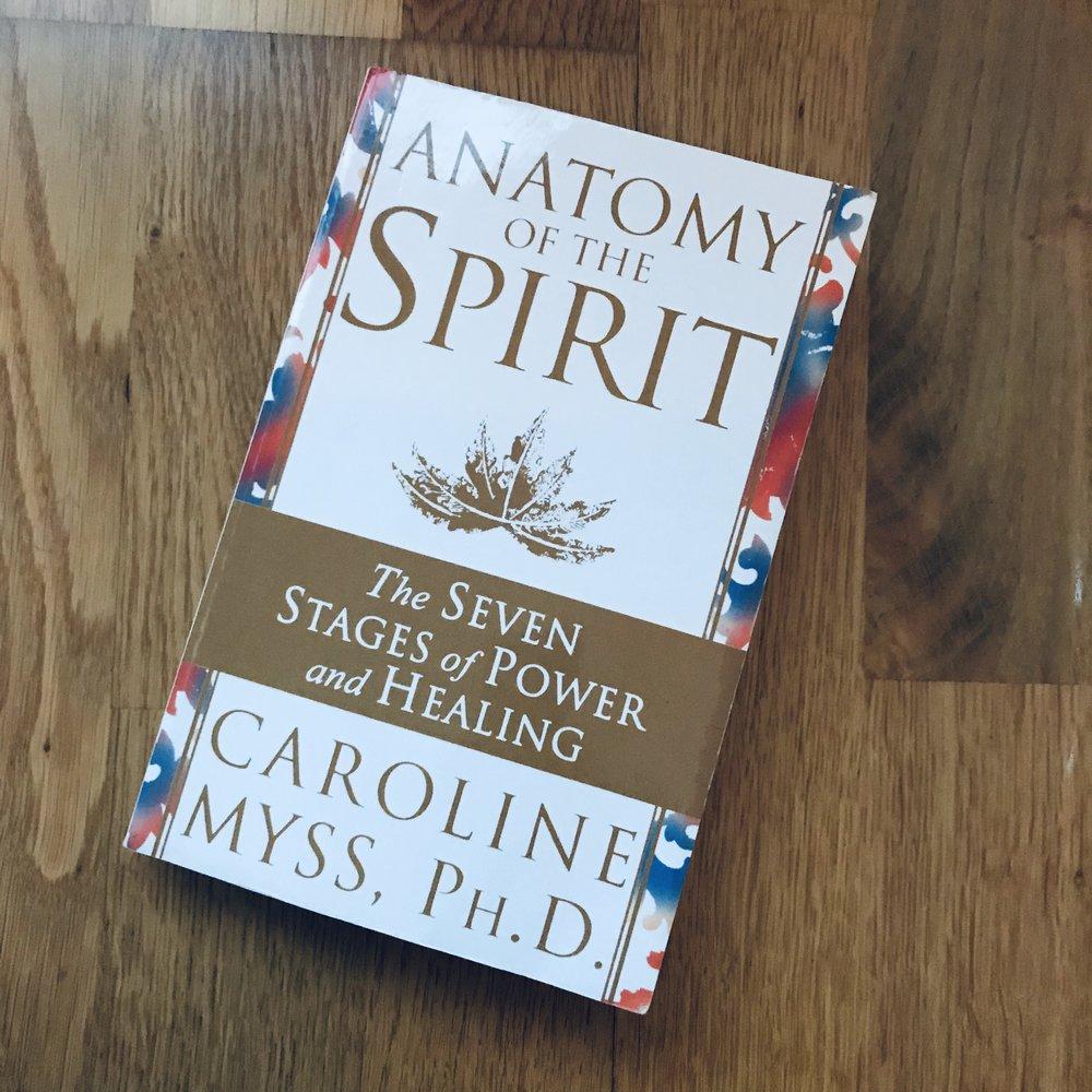 Forfatteren av denne boken er medisinsk intuitiv og tar deg gjennom alle de syv chakraene, samt hvordan hun mener at emosjonelle traumer knyttes til fysiske sykdommer og plager. En fantastisk lærerik bok!