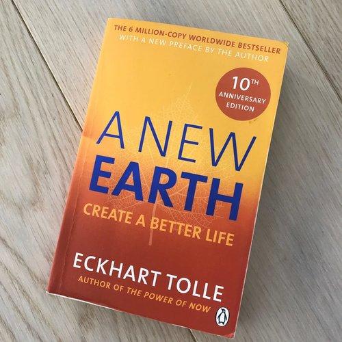 """Dette var den første boken jeg leste som var litt """"alternativ"""", og det er mange år siden nå. Eckart Tolle har et syn på verden som jeg syns er fantastisk og det jeg tok med meg fra denne boken er læren om egoet vårt. Den handler mye om hvordan egoet vårt påvirker oss selv og andre, og når vi kan lære oss å gjenkjenne vårt eget og andres ego, vil vi få det bedre med oss selv og i relasjoner til andre mennesker."""