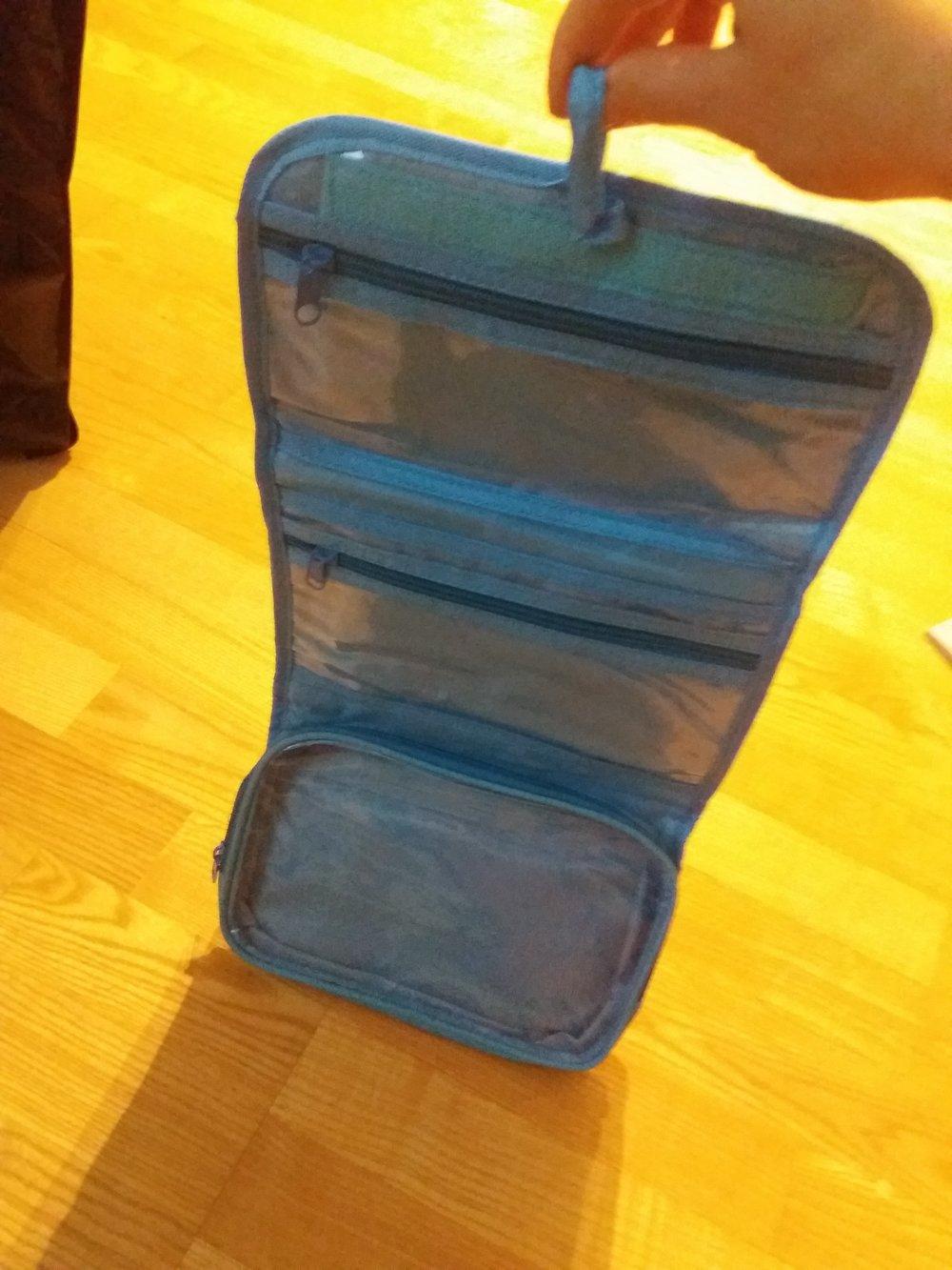 Super näppärä taiteltava toilettilaukku, jonka saa kivasti avattua näin ja ripustettua naulaan. Todella kätevä hostelleissa yöpyessä!