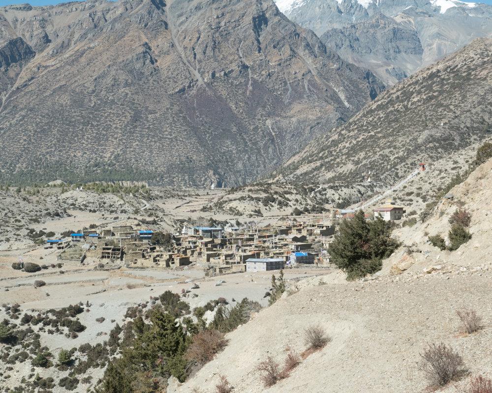 kylä keskellä vuoria.
