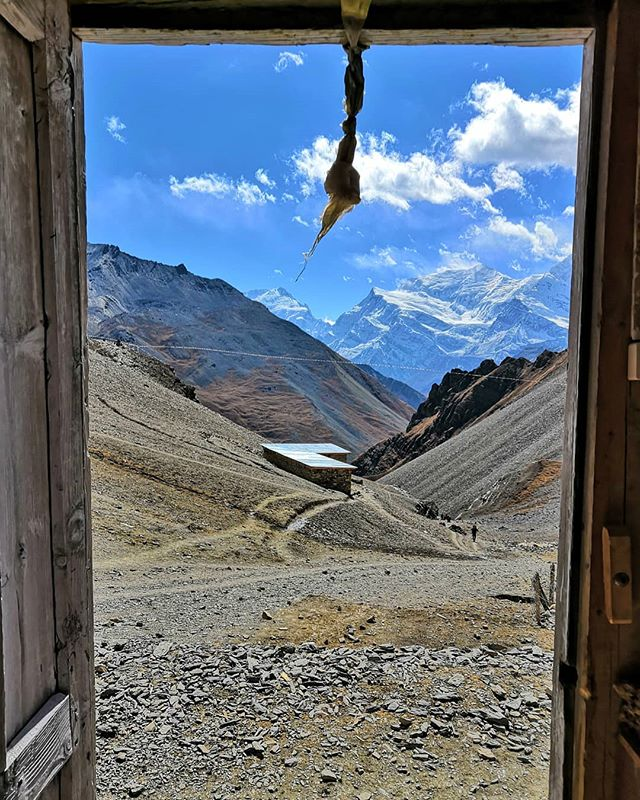 This was the view from our room in Thorong la high camp (4925m)! 🏔️⛰️😍 ▪️ Stunning, don't ya think? ▪️ This was the highest place we have ever spent the night. After that we crossed the Thorong la pass! 👣 ▪️ You can read about it from our BLOG! Link is in bio! ➡️