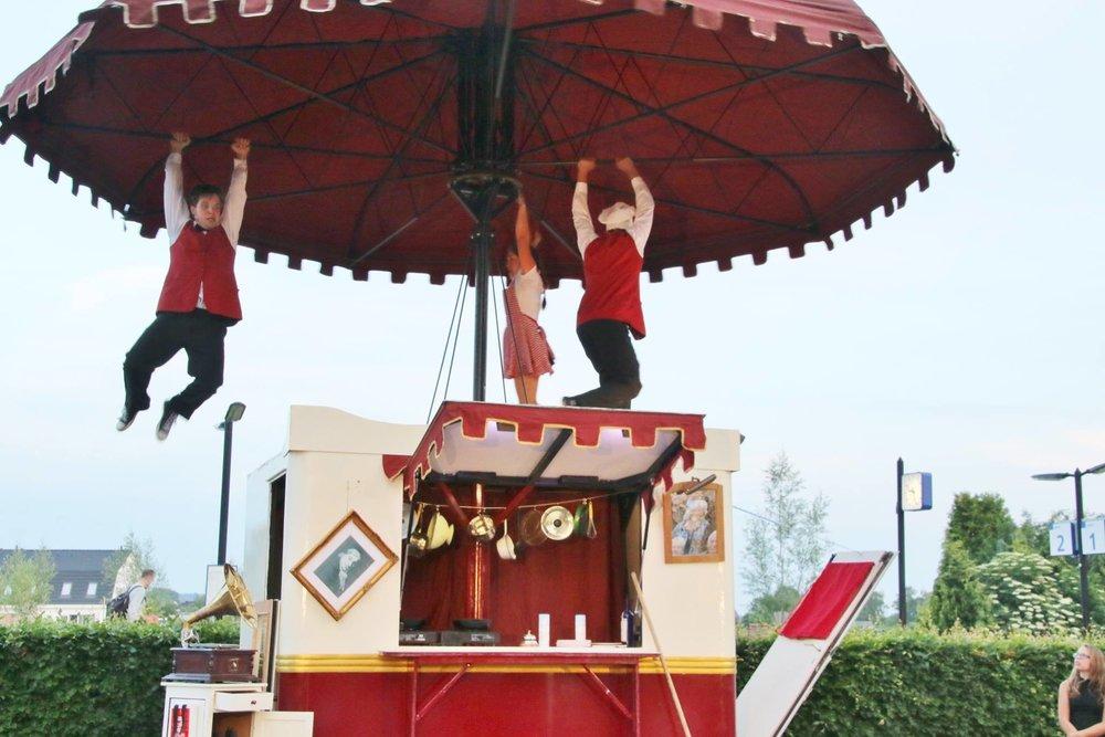 hangen-aan-parasol-fotograaf-Luuc-Burgers.jpg