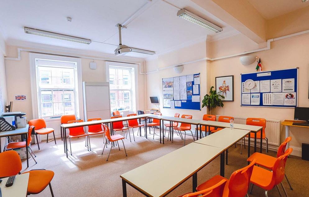 13 salas de aulas totalmente equipadas.