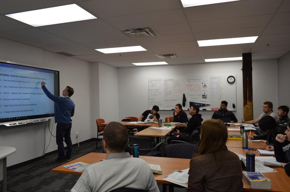 Salas de aulas espaçosas, modernas e equipadas.
