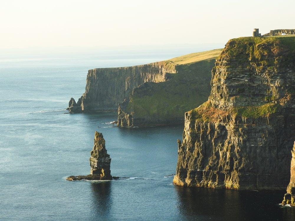 Cliffs of Moher  estão na lista de atrações turísticas essenciais da Irlanda.
