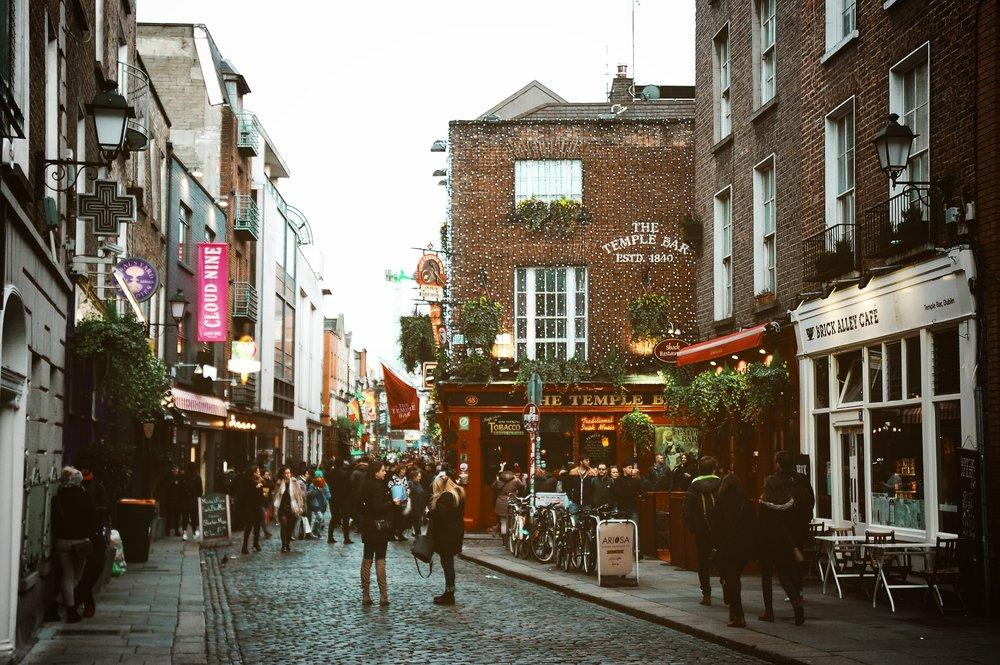 No centro de Dublin está o  Temple Bar,  um bairro com muita personalidade e encanto, repleto de restaurantes e pubs típicos irlandeses.