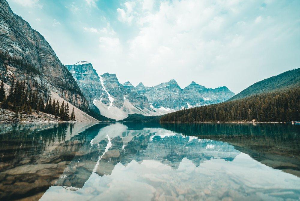 Situado nas montanhas Rochosas, na província de Alberta, Canadá . O lago Moraine fica no Parque Nacional de Banff, é Patrimônio da Humanidade, listado pela Unesco em 1985 e é considerado um dos lagos mais lindos do mundo. Foto de: @bantersnaps.
