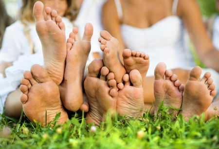 21315879_S_family_feet_grass.jpg