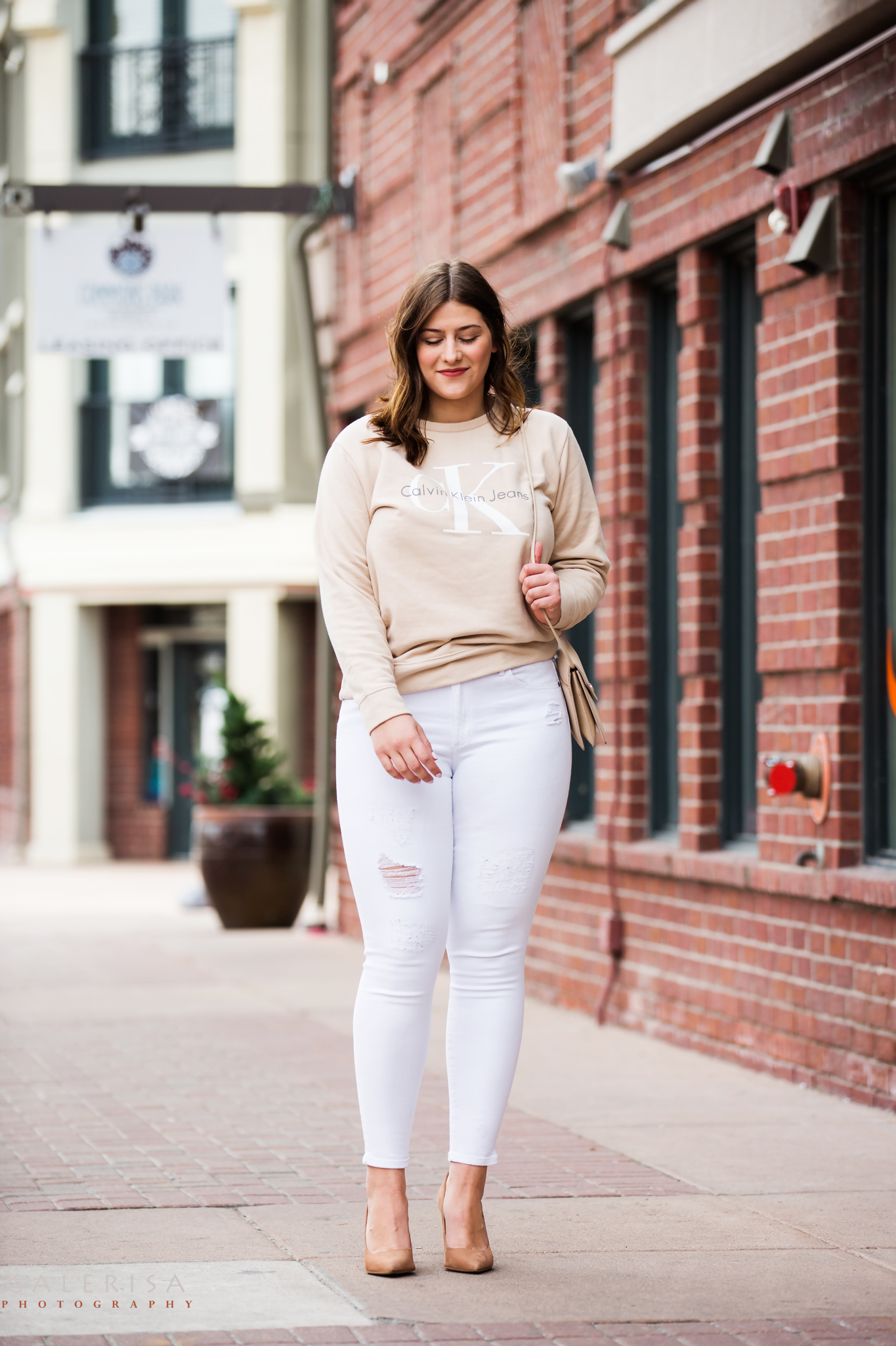 Raeann-Langas-Denver-Fashion-Blogger--white-pants-beige-sweater-GaleRisa-Photography-2016-23
