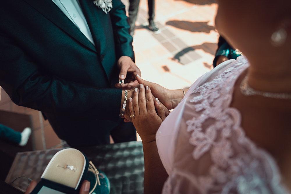 fotografia de bodas anillos novio y novia.jpg