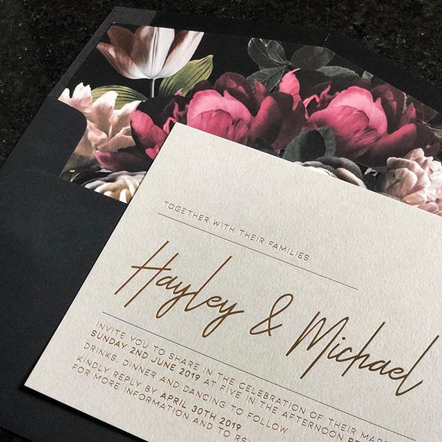 ✖️HAYLEY & MICHAEL✖️Light grey card with rose gold foil, black envelopes with floral printed liner. So pretty 😍😍