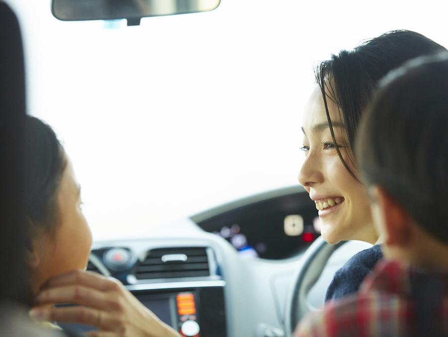 子育てをもっと快適に、そしてラクにしてくれる車は、 夫婦だけで乗っていたころやお子様が小さいうちにはまったく魅力を感じなかった車かもしれません。たとえば、リヤシートのスライド&リクライニング。 チャイルドシートのお子様が大きくなると、だんだん足が窮屈になってきます。また、お子様の成長に応じて大きな荷物を積むことも多くなるので、 それに合わせてリヤシートの位置や角度の調整ができると便利なんです。