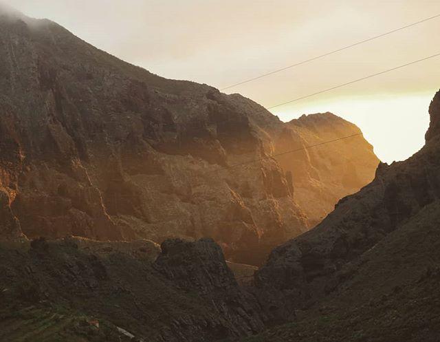 × LIGHT × . . . #sunset #mountains #explore #exploretheworld #adventure #wilderness #outdoorliving #makemoments #islandvibes #tenerife #islascanarias #tenerifetag #visittenerife #discoverearth #mountainstories