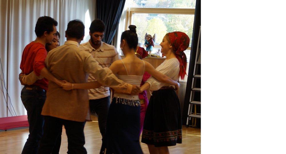 Choreomunds masterstudenter underholdt med dans og observerte deler av kurset.