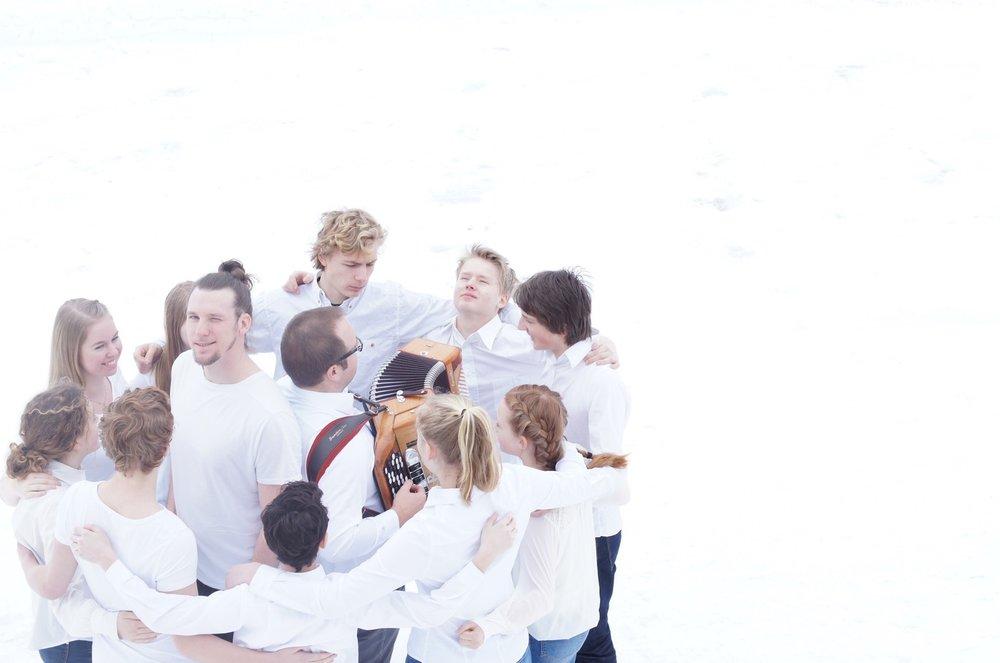 Søndag den 8. mai er det duket for premiere på Akersarvs midtforestillingen MITT DISTRIKT. Forestillingen byr på springdans, halling og charleston kombinert med rap, trekkspill og koreografi som ivaretar det nære og høytidelige. Alt skjer på Kråkstad samfunnshus i Ski.