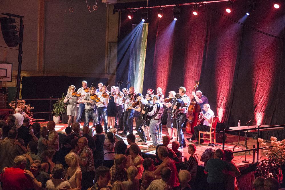 Sør-Fron Spelmannslag spiller lagspel til dans (foto: FolkOrg/ Liv Annette Nygjerde)