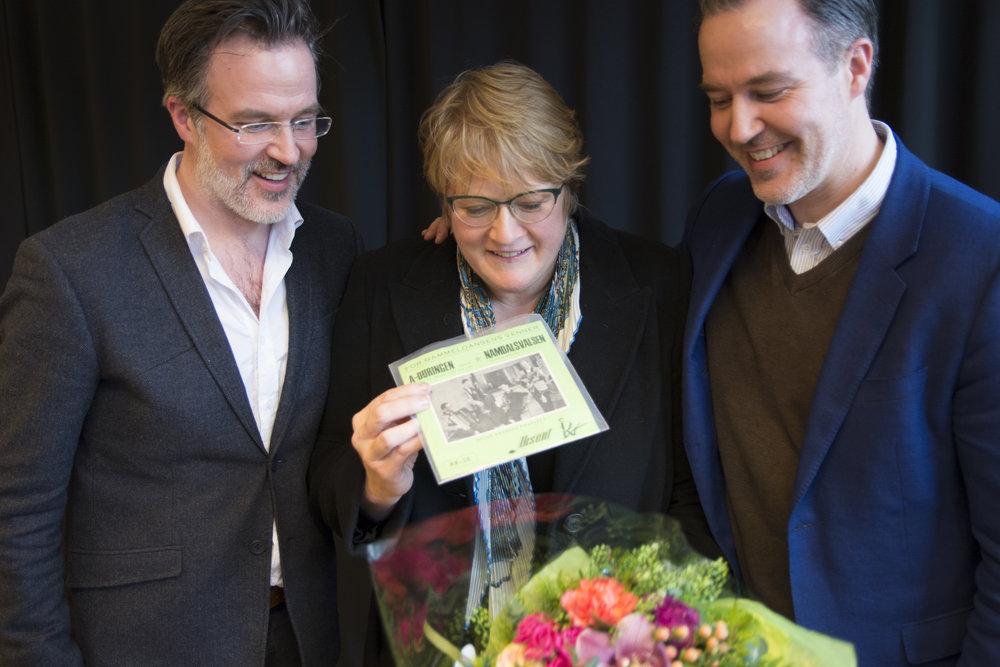 Trine Skei Grande fikk sett LP av sin far, fra arkivet til Norsk senter for folkemusikk og folkedans.