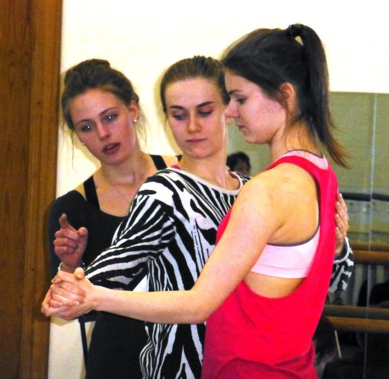 Foto: Estiske dansestudenter tester ut og korrigerer hverandre i kroppsliggjøring av estisk tradisjonsmateriale.