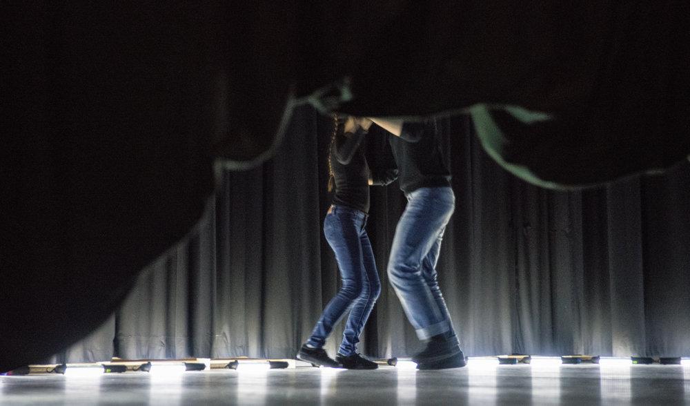 Masurkascene fra DANSEHUSET som var  Rogalender  - Bygda dansar i Rogaland - sin vandreforestilling i mai. Forestillinga tok publikum gjennom alle krypinn og gjømer på Siddisstova i Stavanger.