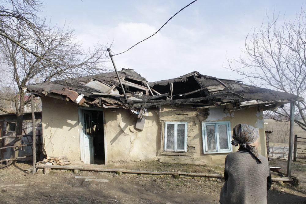 Ja, in diesem Haus in Ostrumänien lebten Menschen. Menschen mit Hoffnungen, mit Ängsten und auch mit alltäglichen Schwierigkeiten. Kein Strom, kein fließendes Wasser.